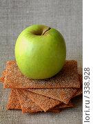 Зеленое яблоко и ржаные хлебцы. Стоковое фото, фотограф Светлана Симонова / Фотобанк Лори
