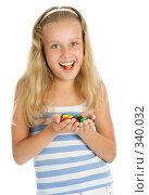 Купить «Девочка держит в руках горсть разноцветных шоколадных конфет», фото № 340032, снято 28 июня 2008 г. (c) Вадим Пономаренко / Фотобанк Лори