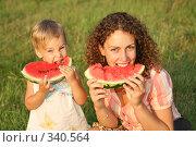 Купить «Мать с дочерью едят арбуз», фото № 340564, снято 27 февраля 2020 г. (c) Losevsky Pavel / Фотобанк Лори