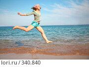 Купить «Девушка парит над морем», фото № 340840, снято 14 мая 2007 г. (c) Losevsky Pavel / Фотобанк Лори