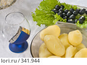 Купить «Сервировка стола. Варёный картофель и маслины.», фото № 341944, снято 19 июня 2008 г. (c) Федор Королевский / Фотобанк Лори