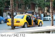 Купить «Таксист, ожидающий пассажиров, Тирана, Албания», фото № 342112, снято 30 августа 2007 г. (c) Fro / Фотобанк Лори
