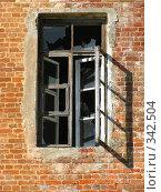 Купить «Окно с разбитыми стеклами в старом кирпичном доме», фото № 342504, снято 2 июля 2008 г. (c) Михаил Ковалев / Фотобанк Лори