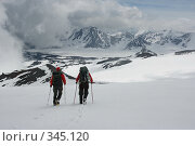 Купить «Альпинисты на северном склоне Эльбруса. Вид на ледовое озеро Джикаугенкез», эксклюзивное фото № 345120, снято 23 июня 2008 г. (c) Оксана Гильман / Фотобанк Лори
