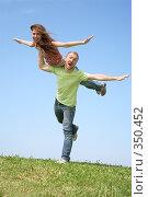 Купить «Девушка и молодой человек дурачатся на природе», фото № 350452, снято 17 июня 2019 г. (c) Losevsky Pavel / Фотобанк Лори