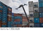 Купить «Погрузка контейнеров в порту», фото № 350828, снято 24 июня 2008 г. (c) Екатерина Соловьева / Фотобанк Лори