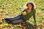 Девушка сидит на траве среди пожелтевших листьев, фото № 351052, снято 10 декабря 2016 г. (c) Losevsky Pavel / Фотобанк Лори