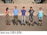 Купить «Группа роллеров», фото № 351076, снято 23 августа 2019 г. (c) Losevsky Pavel / Фотобанк Лори