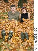 Купить «Роллеры сидят в парке», фото № 351136, снято 30 сентября 2007 г. (c) Losevsky Pavel / Фотобанк Лори