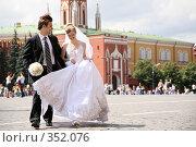 Купить «Жених и невеста на Красной площади», фото № 352076, снято 24 апреля 2019 г. (c) Losevsky Pavel / Фотобанк Лори