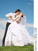 Купить «Жених, невеста, поцелуй, танец на зеленом лугу», фото № 352128, снято 20 января 2019 г. (c) Losevsky Pavel / Фотобанк Лори