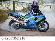 Купить «Мотоциклист с мотоциклом», фото № 352216, снято 16 июля 2007 г. (c) Losevsky Pavel / Фотобанк Лори