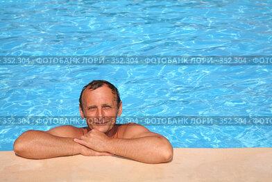 Купить «Мужчина в бассейне», фото № 352304, снято 2 июня 2020 г. (c) Losevsky Pavel / Фотобанк Лори