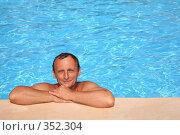 Купить «Мужчина в бассейне», фото № 352304, снято 26 марта 2019 г. (c) Losevsky Pavel / Фотобанк Лори