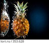Купить «Свежий ананас в воде на черно-синем фоне с воздушными пузырьками», фото № 353628, снято 9 июля 2008 г. (c) Мельников Дмитрий / Фотобанк Лори