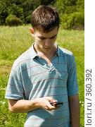 Молодой человек с мобильным телефоном. Стоковое фото, фотограф Катыкин Сергей / Фотобанк Лори