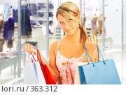 Купить «Девушка с покупками», фото № 363312, снято 12 июня 2008 г. (c) Андрей Армягов / Фотобанк Лори
