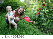 Мама и сын поливают цветы на даче, эксклюзивное фото № 364080, снято 17 июля 2008 г. (c) Ирина Терентьева / Фотобанк Лори