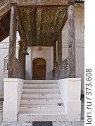 Купить «Крыльцо Келейного корпуса Знаменского мужского монастыря», фото № 373608, снято 3 июля 2020 г. (c) Эдуард Межерицкий / Фотобанк Лори