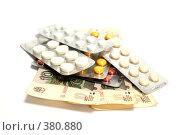 Таблетки на деньгах. Стоковое фото, фотограф Олег Пивоваров / Фотобанк Лори