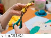 Купить «Вырезание ткани», фото № 381024, снято 22 мая 2007 г. (c) podfoto / Фотобанк Лори