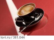Купить «Чашка кофе на красном фоне», фото № 381044, снято 11 декабря 2005 г. (c) Кравецкий Геннадий / Фотобанк Лори