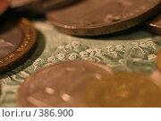 Купюра vs монет. Стоковое фото, фотограф Станислав Ступак / Фотобанк Лори