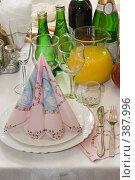 Купить «Сервировка праздничного свадебного стола», фото № 387996, снято 2 августа 2008 г. (c) Федор Королевский / Фотобанк Лори