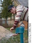 Купить «Мужчина у колонки», фото № 390764, снято 27 апреля 2008 г. (c) Андрей Шахов / Фотобанк Лори