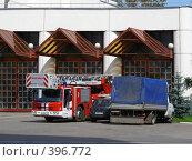 Купить «Москва. Пожарная машина стоит около пожарной части.», эксклюзивное фото № 396772, снято 8 августа 2008 г. (c) lana1501 / Фотобанк Лори