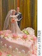 Купить «Свадебный торт украшенный фигуркой жениха и невесты», фото № 399628, снято 8 августа 2008 г. (c) Федор Королевский / Фотобанк Лори