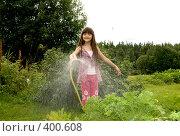 Купить «Девочка поливает  огород», фото № 400608, снято 11 августа 2008 г. (c) Tamara Sushko / Фотобанк Лори