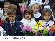 Купить «Дети с цветами для учителей первого сентября у школы», фото № 409948, снято 1 сентября 2007 г. (c) Михаил Мозжухин / Фотобанк Лори