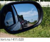 Купить «Вид в боковом зеркале машины: пробка», фото № 411020, снято 23 февраля 2019 г. (c) Троицкая Алиса / Фотобанк Лори