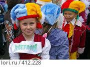Купить «Девочка первоклассница костюме клоуна на линейке у школы», фото № 412228, снято 1 сентября 2007 г. (c) Михаил Мозжухин / Фотобанк Лори