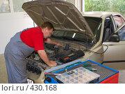 Купить «Автосервис - диагностика автомобиля», фото № 430168, снято 21 июля 2019 г. (c) Иван Сазыкин / Фотобанк Лори