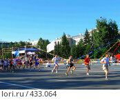 Купить «Бегущие люди участники марафона», фото № 433064, снято 21 февраля 2019 г. (c) Галина Хорошман / Фотобанк Лори