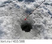 Зимняя удочка и лунка во льду. Стоковое фото, фотограф Александр Башкатов / Фотобанк Лори