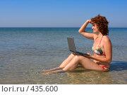 Купить «Девушка с ноутбуком сидит в море», фото № 435600, снято 30 июля 2008 г. (c) Максим Горпенюк / Фотобанк Лори