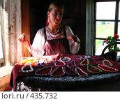 Купить «Бисероплетение. Мастерица за работой», фото № 435732, снято 4 августа 2008 г. (c) Морковкин Терентий / Фотобанк Лори