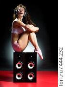 Купить «Девушка слушает музыку», фото № 444232, снято 26 августа 2008 г. (c) Константин Юганов / Фотобанк Лори
