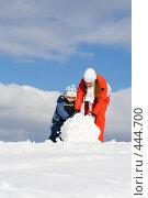 Купить «Мать с ребенком лепят снеговика», фото № 444700, снято 18 марта 2007 г. (c) Андрей Щекалев (AndreyPS) / Фотобанк Лори