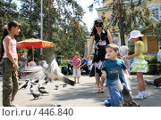 Купить «Мальчик ловит голубей», фото № 446840, снято 30 июля 2008 г. (c) Никончук Алексей / Фотобанк Лори