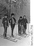 Купить «В зимнем лесу. Лыжники на прогулке», фото № 451716, снято 23 ноября 2019 г. (c) Ларина Татьяна / Фотобанк Лори
