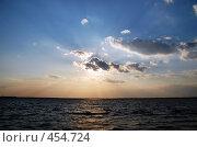 Купить «Лучи рассекают небо», фото № 454724, снято 20 августа 2018 г. (c) Владислав Грачев / Фотобанк Лори