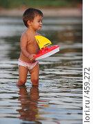 Купить «Ребенок несет парусник», фото № 459272, снято 23 августа 2008 г. (c) Артём Анисимов / Фотобанк Лори