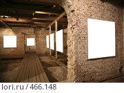 Купить «Белые холсты на кирпичных стенах», фото № 466148, снято 18 января 2020 г. (c) Losevsky Pavel / Фотобанк Лори