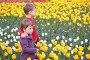 Дети гуляют среди тюльпанов, фото № 467856, снято 21 июля 2017 г. (c) Losevsky Pavel / Фотобанк Лори