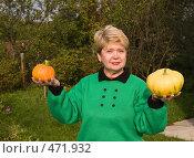 Купить «Дачница-пенсионерка демонстрирует выращенные тыквы», фото № 471932, снято 21 сентября 2008 г. (c) Николай Коржов / Фотобанк Лори