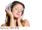 Купить «Красивая девушка слушает музыку», фото № 481816, снято 29 июля 2008 г. (c) Валерия Потапова / Фотобанк Лори